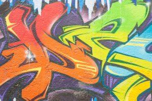 Zničená zeď od graffiti