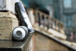 Odsranění graffiti ze schodiště