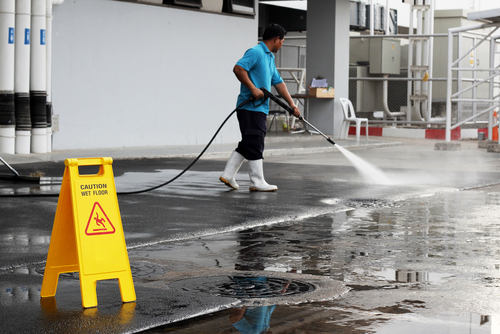Jak čistit mastnou dlažbu. Strojové čištění podlah Ostrava. Nano impregnace. Voskování linolea