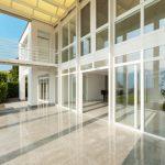 Umývání výloh, skleněných ploch a oken