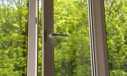 Mytí oken – abyste měli čistý průhled do zahrady. Čištění fasád ve výškách Brno. Odstranění polepů