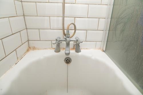 Pleseň v kúpeľni je častá vec. Čistenie plesní Prievidza