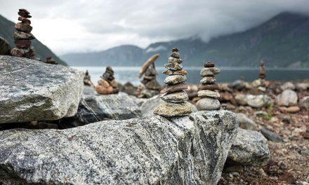 Balancování kamenů je marnivá bezohlednost vůči přírodě