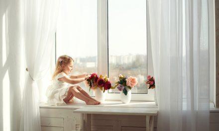 Na odstranění izolepy je potřeba odborný přístup, pokud si nechcete okna nenávratně zničit
